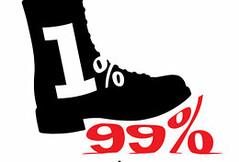 """資本主義的發展造成了Joseph E. Stiglitz 所批評的「1%所有、1%所治、1%所享」的現況。而99%的人則受到1%的壓迫與剝削。(影像來源:<a href=""""http://maker.good.is/projects/BootParty"""">evenlake</a>)"""