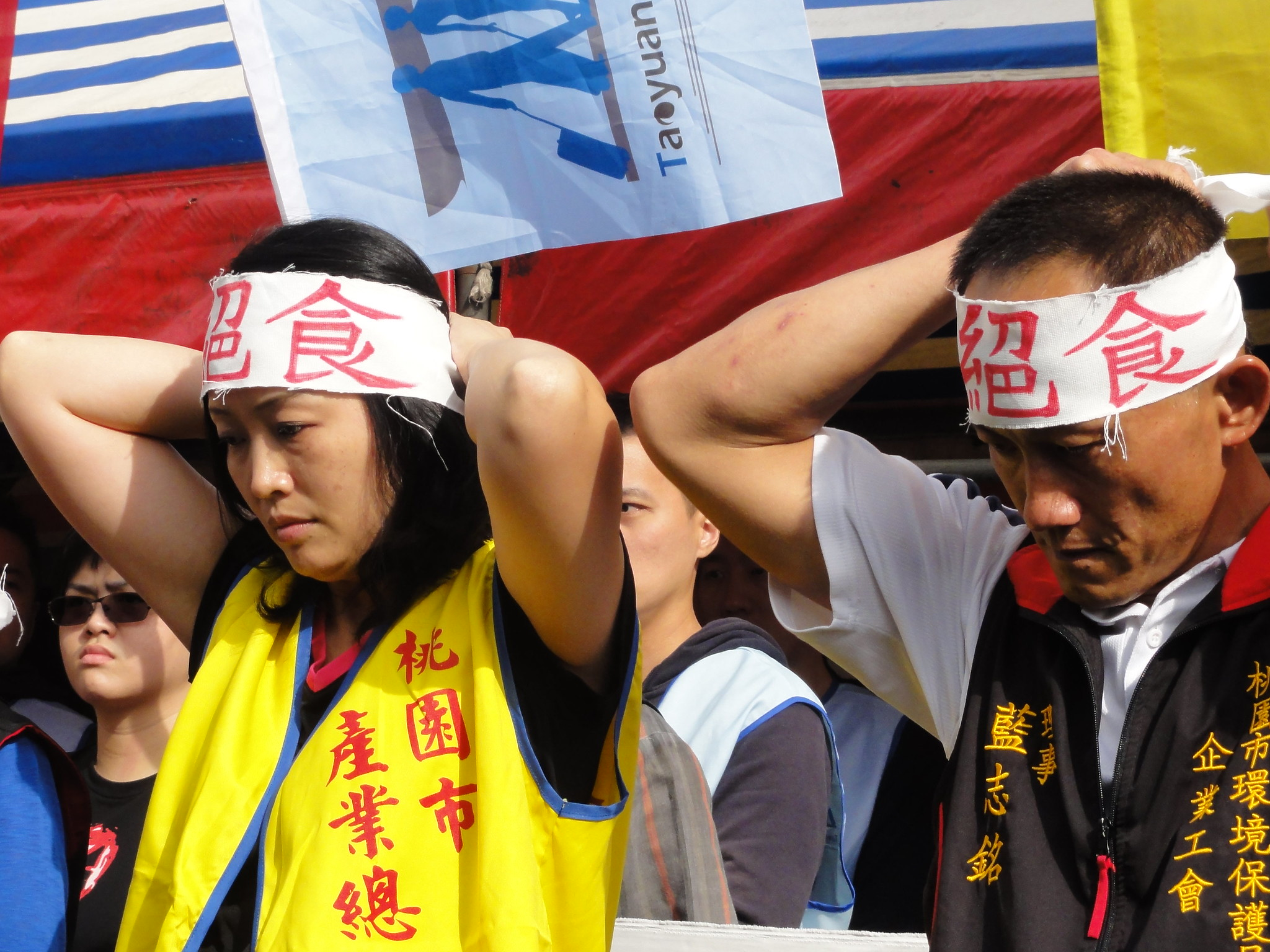 工人絕食代表繫上絕食頭巾。(攝影:張智琦)
