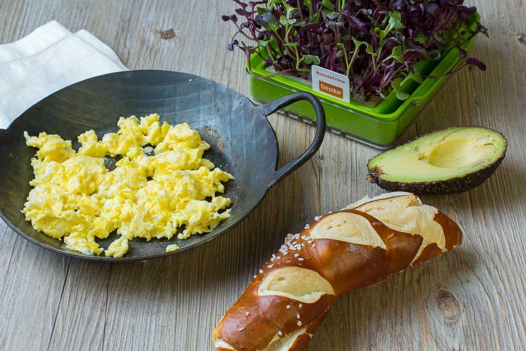 Rührei mit Avocado