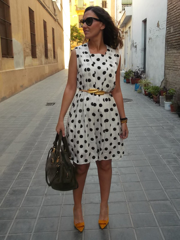 Vestido, vintage, blanco lunares negros, zapatos de salón amarillo ocre, cinturón dorado hoja, bolso verde, dress, White black spots, yellow shoes, golden leaf belt, green bag, Susi sweet dress, Zara, Bimba & Lola, Aliexpress