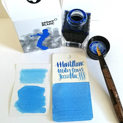 Went to Akkerman in the Hague yesterday and picked up this bottle of Montblanc Miles Davis Jazz Blue ink. First impressions; watery and a light washed out blue = me not really impressed 😒 inkswabs done on Maruman wordcards and herma smooth sticke