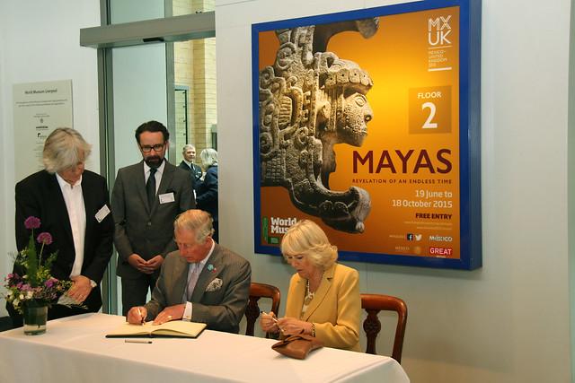 FOTO Sus Altezas Reales el Príncipe Carlos de Gales y su esposa Camilla, Duquesa de Cornwall, visitaron la exposición Maya