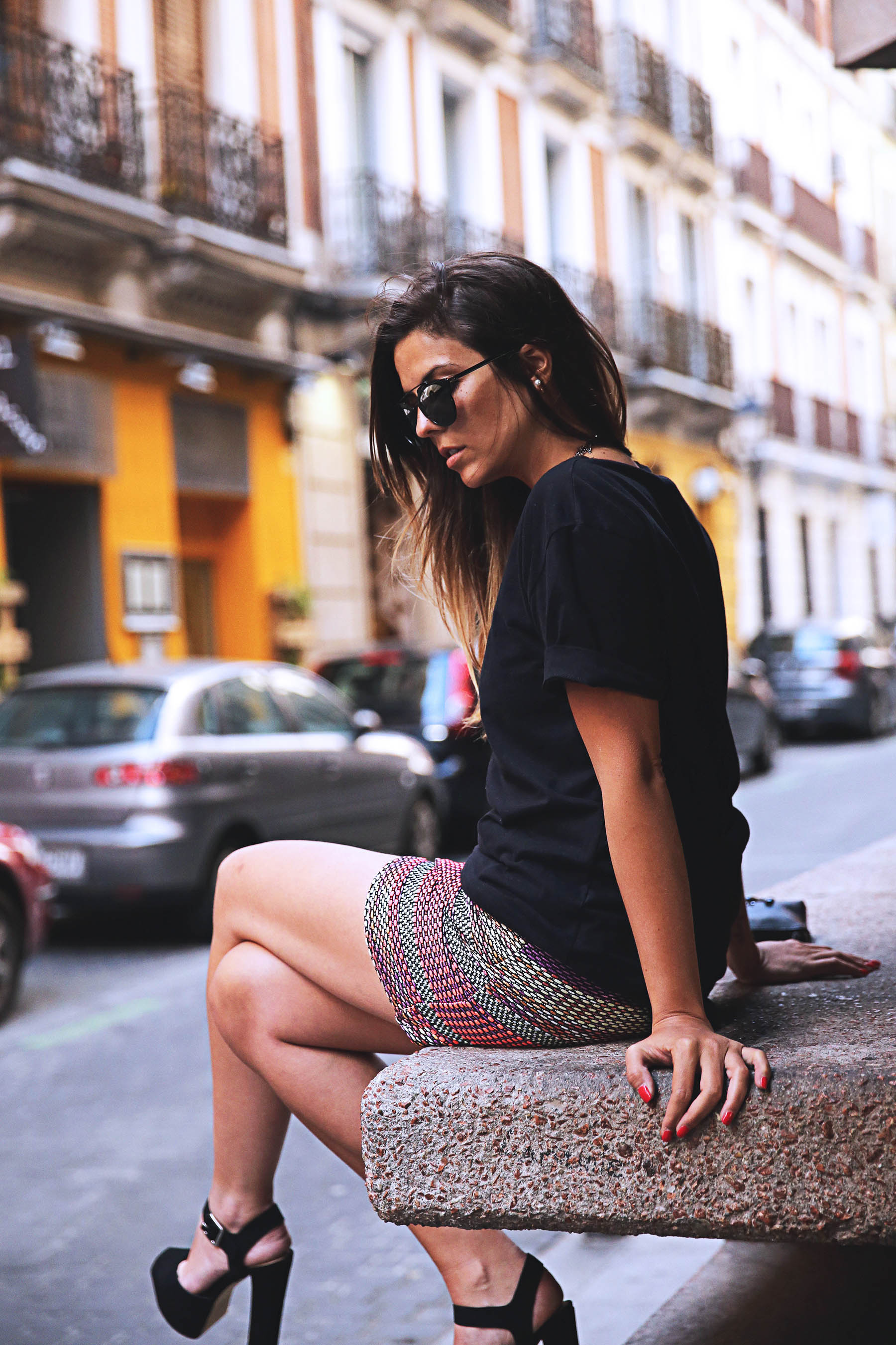 trendy-taste-look-outfit-street-style-ootd-blog-blogger-fashion-spain-moda-españa-falda-etnica-ethnic-print-skirt-steve-madden-basic-tee-dior-black-negro-2