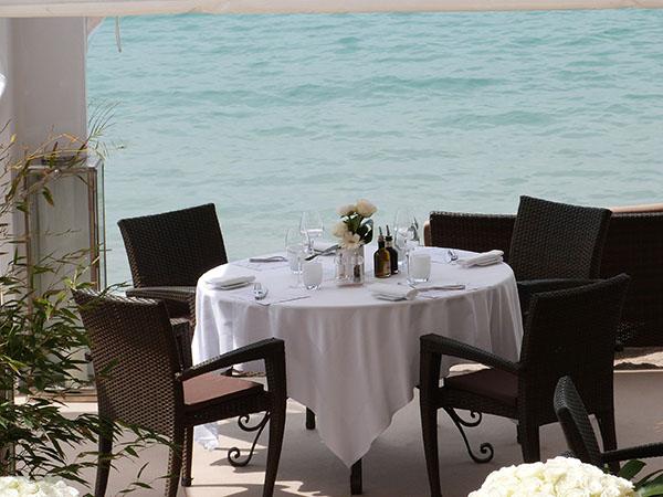 table sur une terrasse
