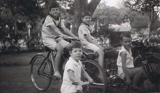 1931-12 Borneostraat 5 Soerabaia Cor, Koos, Henk en een vriendje op de Indian motorfiets