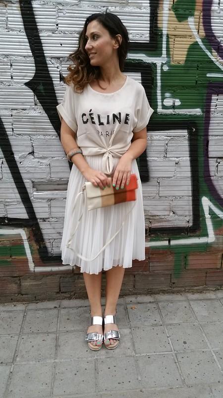 sandalias plateadas, falda midi plisada blanca, camiseta de gasa, Céline Paris, Chicfy, silver sandals, white pleated midi skirt, chiffon T-shirt, Stradivarius, Aliexpress, Mango, Suiteblanco; Bimba & Lola, Aristocrazy