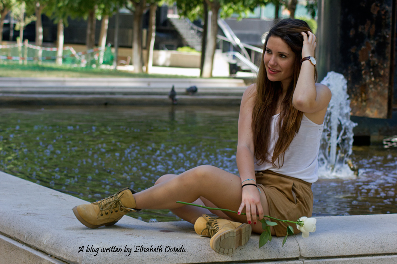 shorts-marrones-H&M-con-botas---HEELSANDROSES-look-outfit(5)