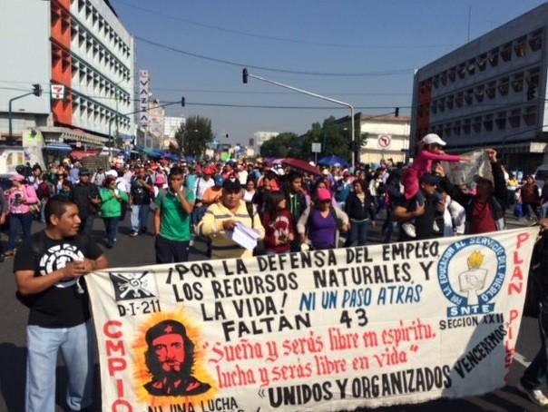 Marchan profesores hacia Gobernación por normalistas