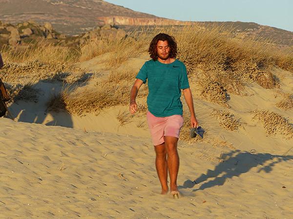 paul dans les dunes de Plaka beach