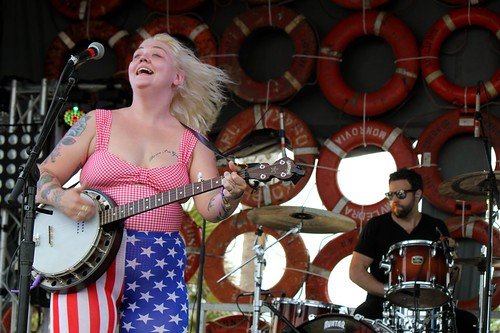 Elle King banjo smile