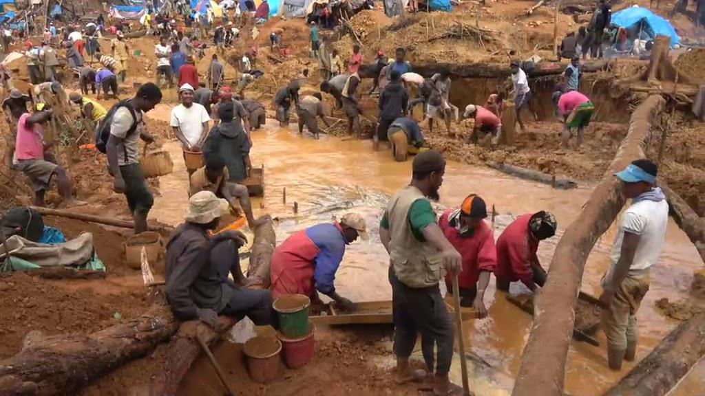 採藍寶石的過程造成水源污染。作者:Rosey Perkins。圖片來源:影片截圖。