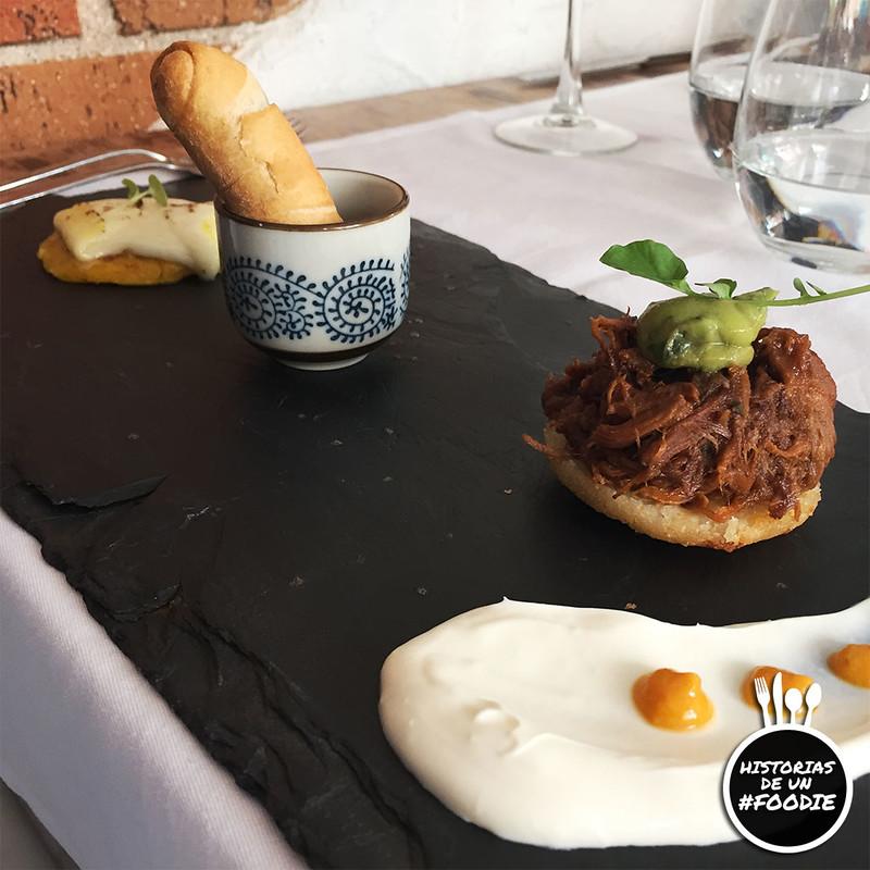 Cachapa con queso de mano fresco / Tequeño con chutney de tomate, pimiento a la brasa y albahaca / Arepa de pernil con cremoso de aguacate, nata criolla y ají amarillo