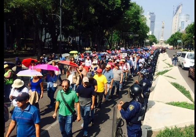 Marchan maestros de la CNTE hacia el Hemiciclo a Juárez