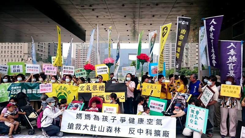 8日上午,民間團體與上百位地方上的媽媽前往中市府抗爭