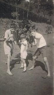 1932-11 Soekapoera De 3 Kuikentjes in bokshouding