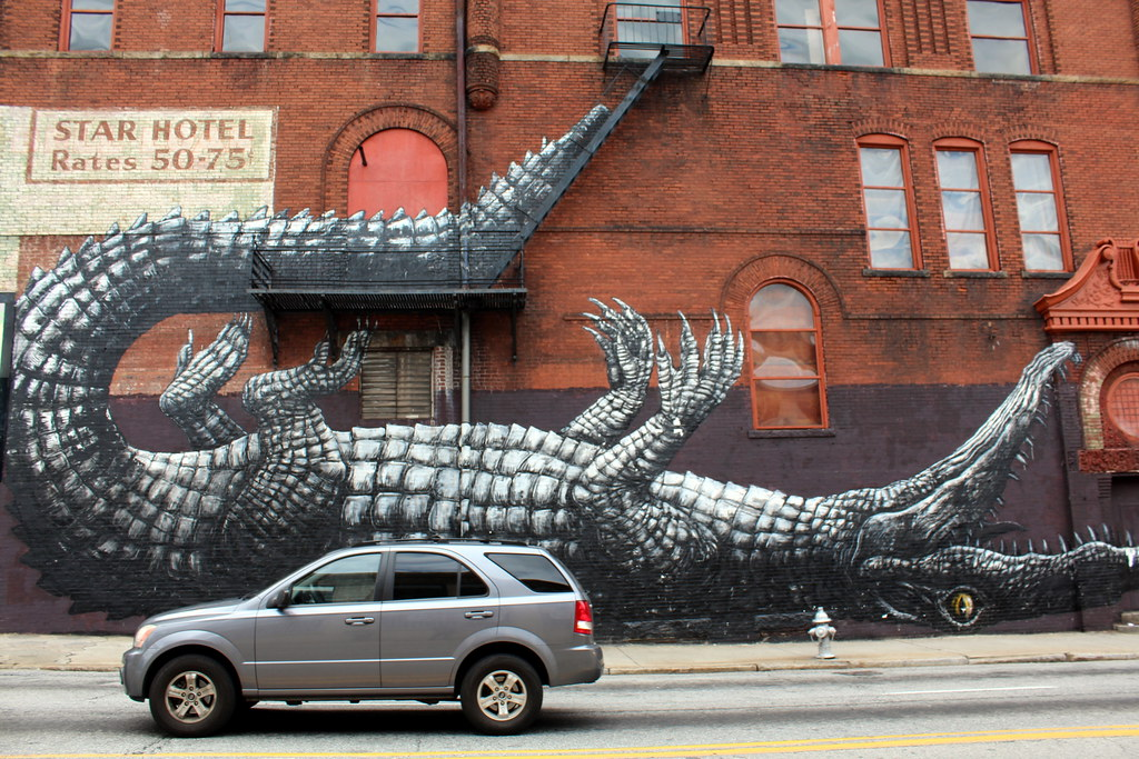Atlanta downtown roa this mural of an alligator for Atlanta mural artist