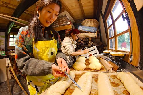 Mariko et Natsuno préparent des brioches
