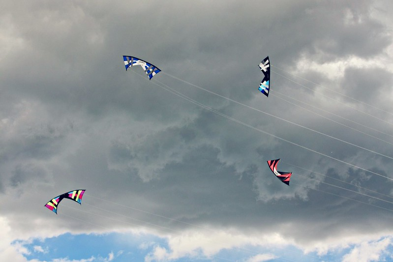 Synchronic Kite flying demonstration in Kites in the Park of Fort Collins
