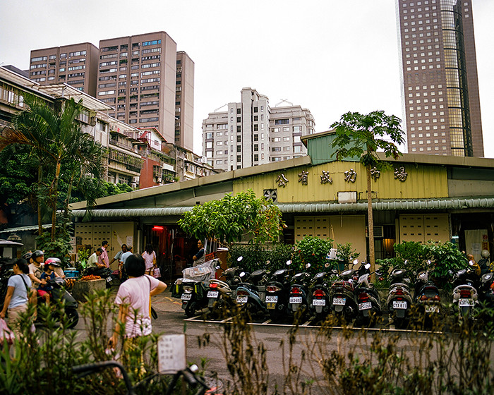 © 2016. 台北市公有成功市場, an indoor market near my grandmother's apartment. The vendors inside sell anything from butchered meat and fish to household goods to ready-to-eat food items. I'll have more film of the inside, later. Saturday, Sept. 3, 2016. Portra 160+1, Pentax 6x7.