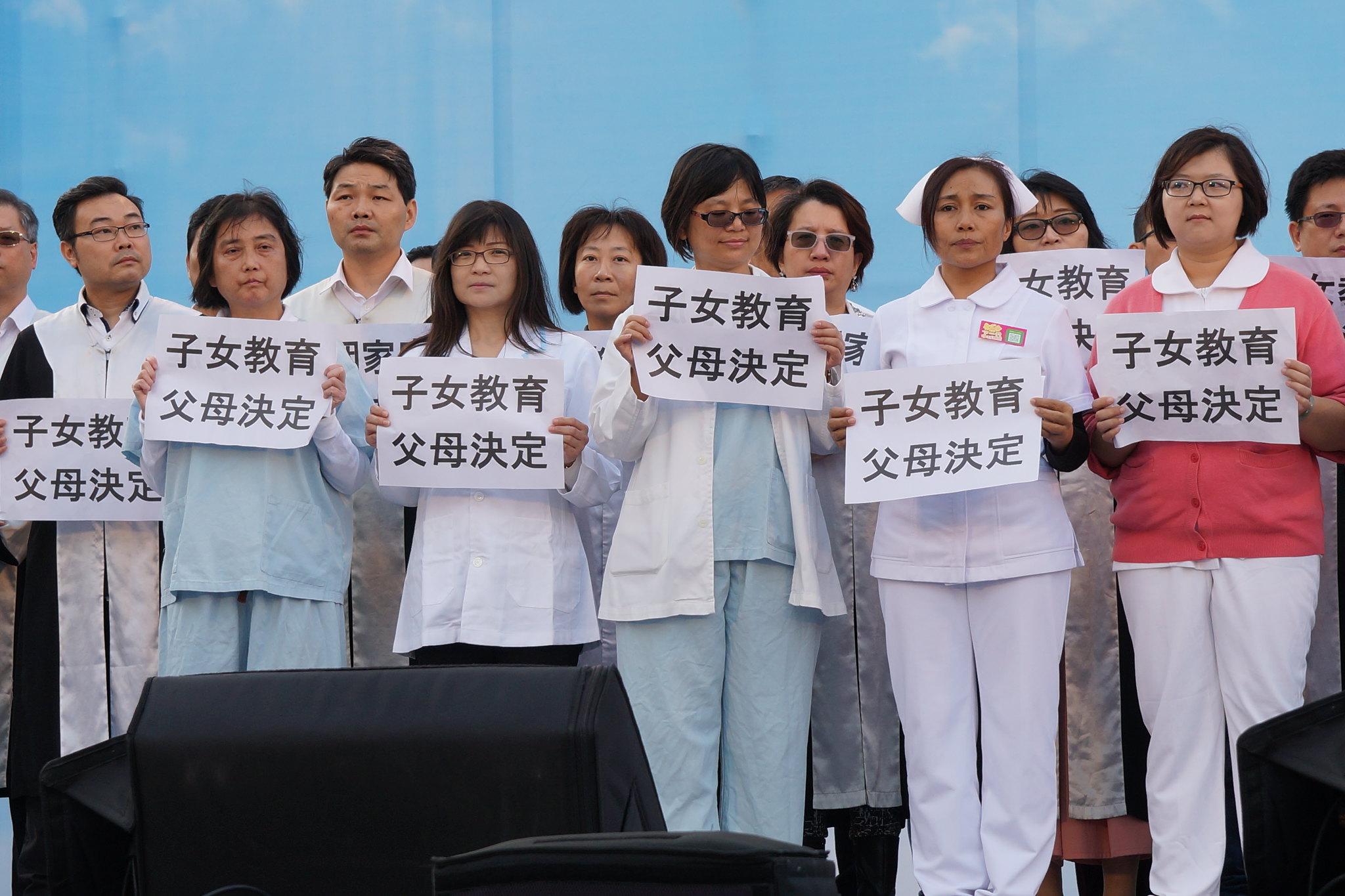 下福盟高呼「子女教育,父母決定」,反對當前的性平教育。(攝影:王顥中)