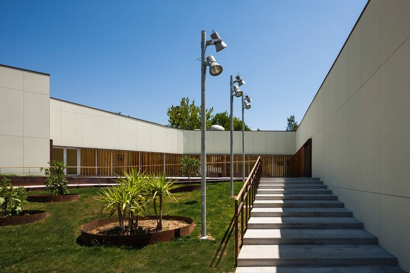 Piscina municipal arquitectura low cost espacios vives for Arquitectura low cost