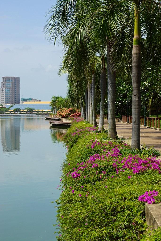 Benjakiti Park and lake in Bangkok, Thailand  Uwe ...