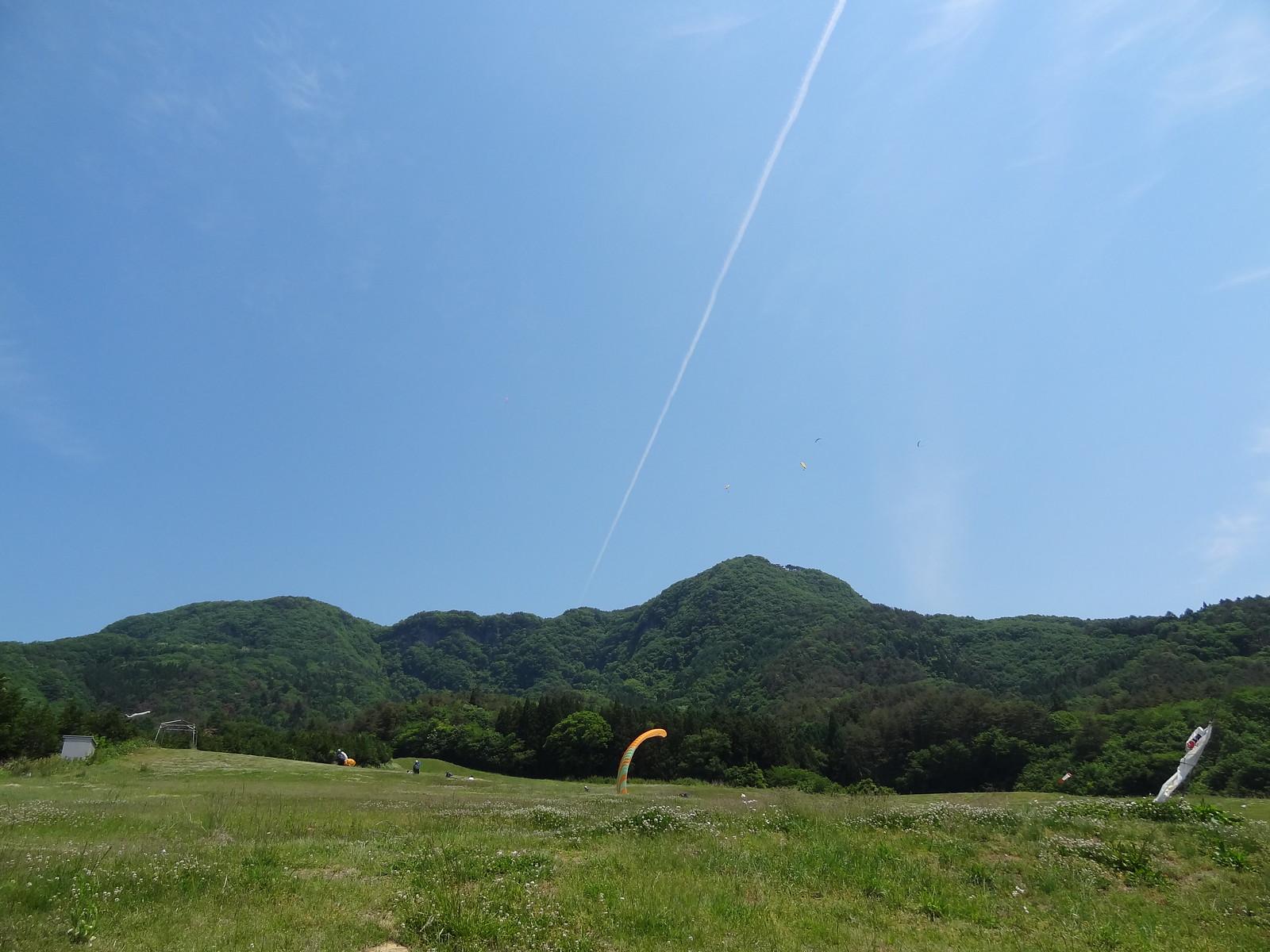 空と飛行機雲とパラグライダー