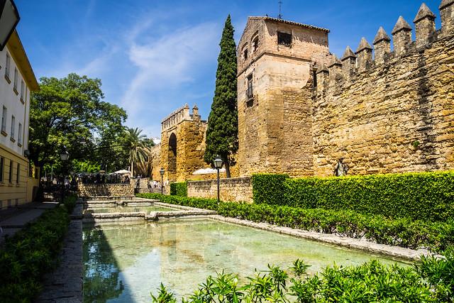 Puerta de Almodóvar y calle Cairuán