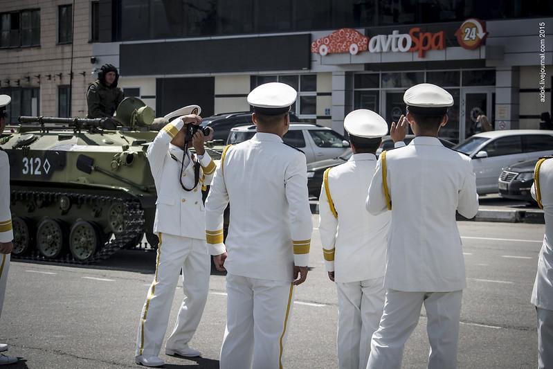 Офицеры ВМС НОАК фотографируются после Парада Победы в Новороссийске
