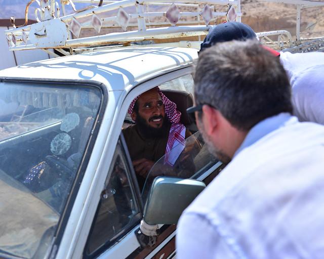 Preguntando a un conductor en mitad de las montañas de Jordania por el camino que debíamos seguir