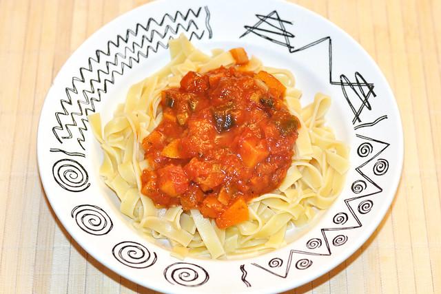 Butternuss-Kürbis Butternut Birnenkürbis ... Kürbis-Tomaten-Sugo zu Pasta ... Foto: Brigitte Stolle 2016