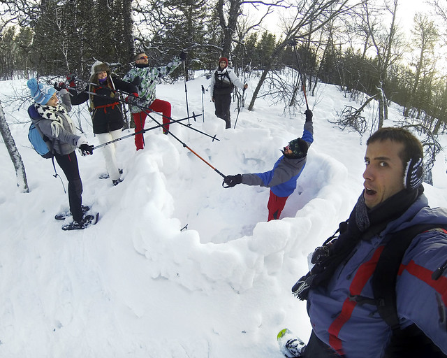 Jugando con la nieve en noruega antes de ir al mejor lugar donde ver auroras boreales