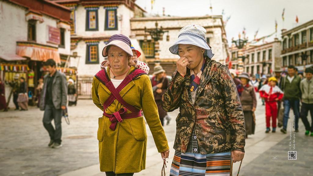 Tibet, eye contact, two women and a kid on the back (Lhasa, China), 06-2016, 84 (Vlad Meytin, vladsm.com)