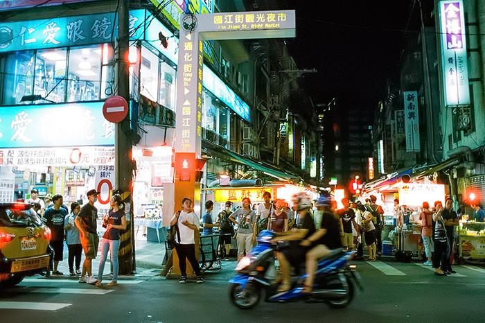 © 2016. Lin Jiang Street Night Market in Da'an District. Saturday, Sept. 3, 2016. CineStill 800T +2, Canon EOS A2.