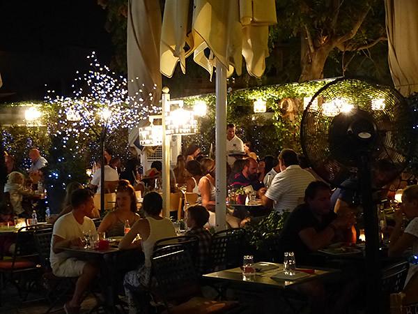 une terrasse à Athènes, la nuit