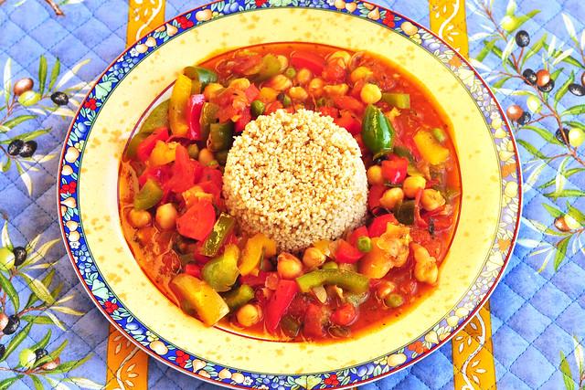 Vegetarisch/Vegan, orientalisch angehaucht: Buntes Paprika-Kichererbsen-Gemüse auf Couscous - Foto: Brigitte Stolle