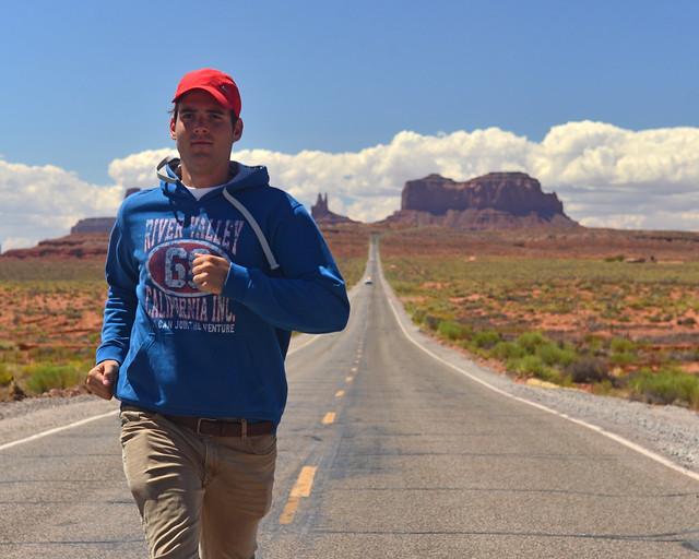 Corriendo por una de las rectas de Monument Valley en el famoso Forrest Gump point