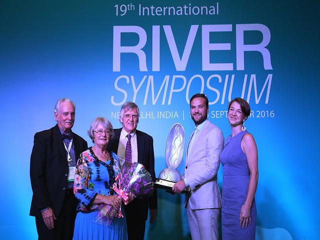 पुरस्कार लेते बफेलो नियाग्रा रीवरकीपर के प्रतिनिधि