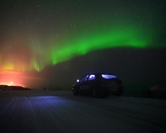 Dentro del coche en Kvaloya, en Noruega, viendo auroras boreales