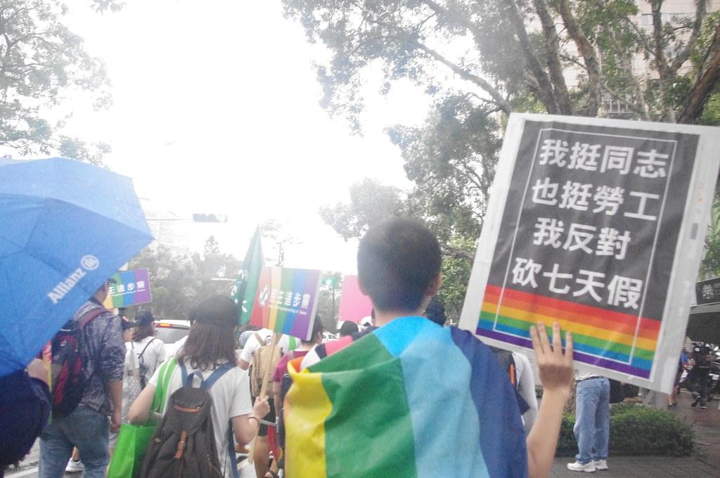 參與同志遊行,順便抗議民進黨砍七天國定假的民眾。(攝影:高若想)