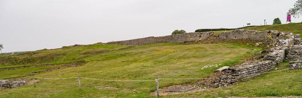 Umgrenzungsmauer des antiken Theaters - Archäologische Zone MuséoParc Alésia