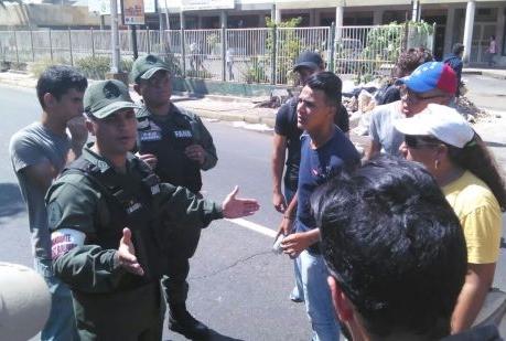 Frente al piquete de funcionarios de la GNB, roban a 8 opositores por colectivos oficialistas en Pue...