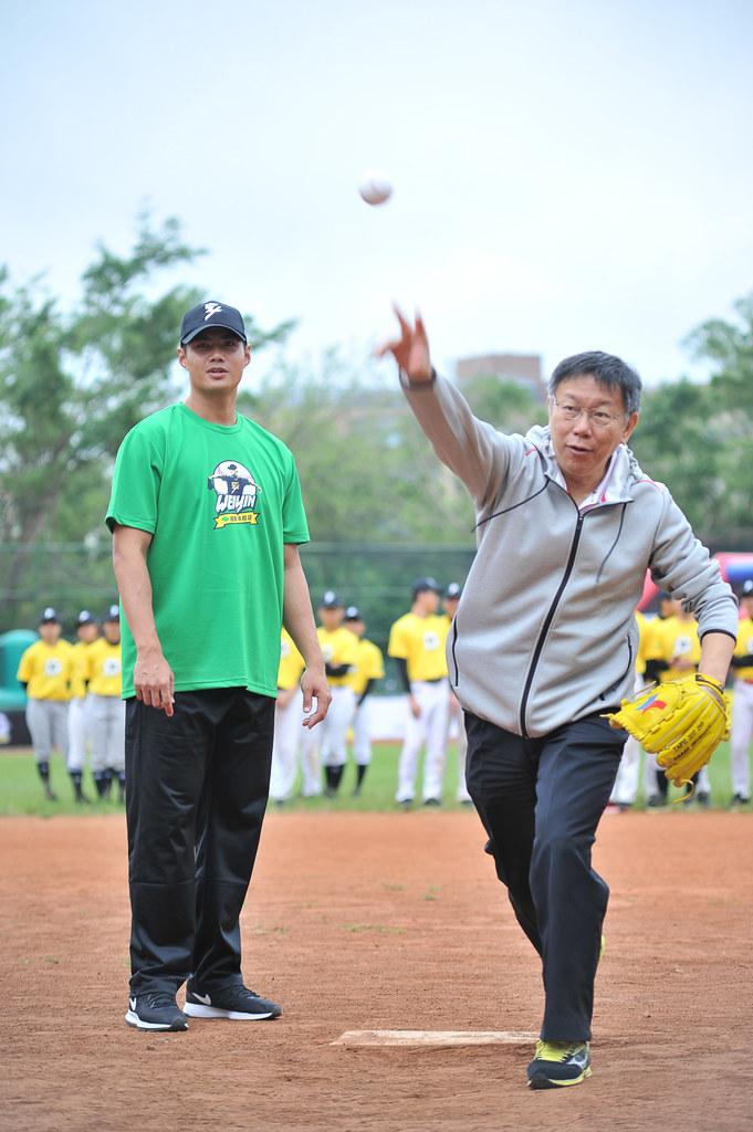 臺北市長柯文哲擔任開球嘉賓,市長的「投手教練」正是台灣之光陳偉殷本人。(國泰真殷雄主辦單位提供)