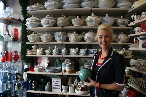 女主人挑選了一個她喜歡的瓷器,至於喜歡的原因,沒有特別的理由,就是喜歡,也許是因為顏色