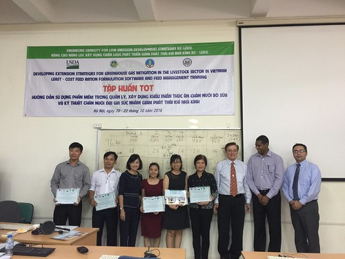 Thinh Nguyen and Lucy Lapar with their training certificates
