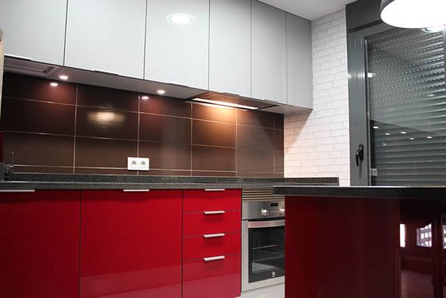 Dise o de cocinas en getafe rey rojo con gris clarito gran - Cocinas con encimeras de granito ...