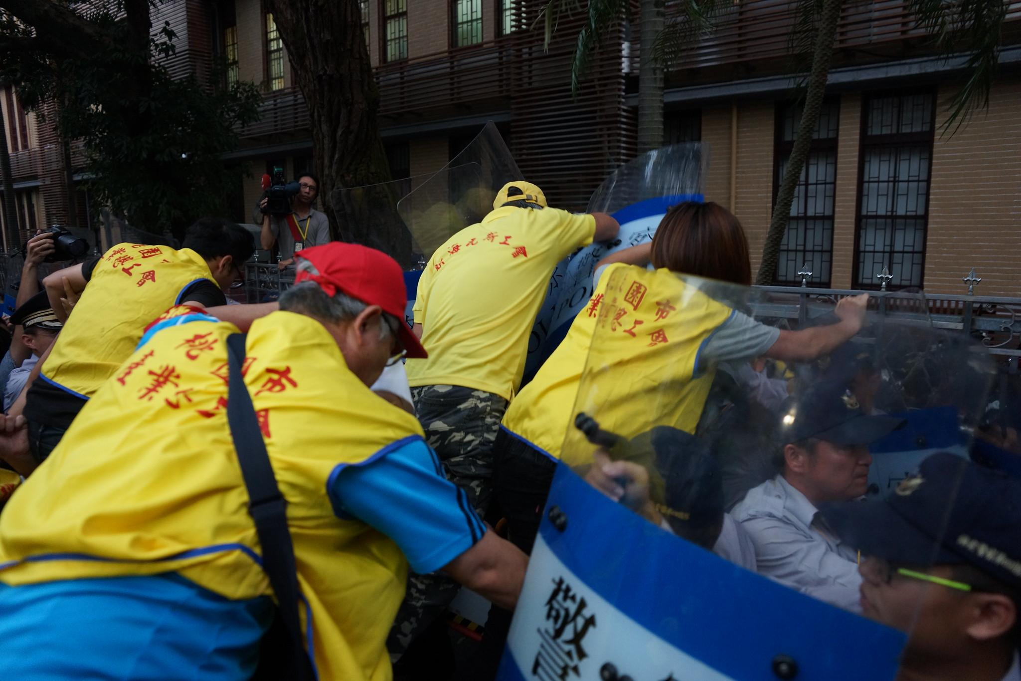 傍晚五點,青島東路側勞團欲發起第二波翻牆入立院,與警方激烈推擠。(攝影:王顥中)