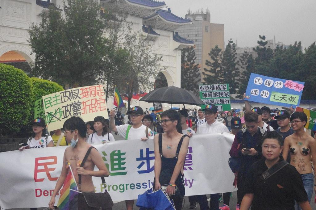 民進黨遭參與遊行的民眾包圍,抗議砍七天假與強拆高雄果菜市場等議題。(攝影:高若想)