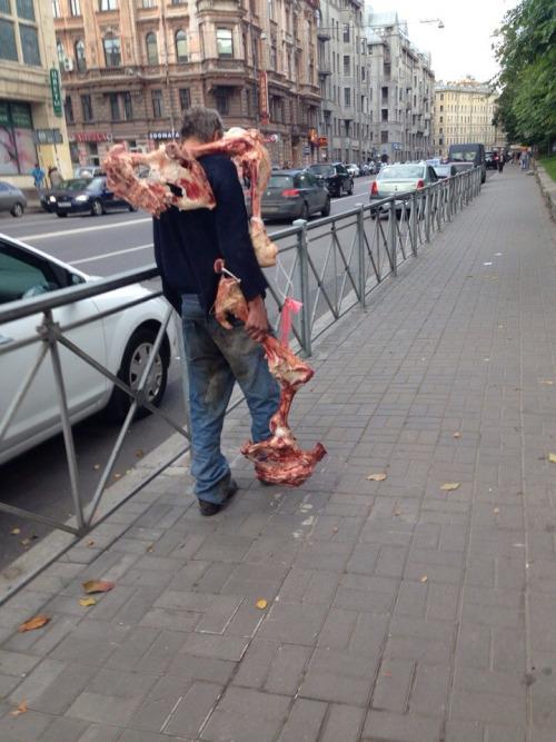 foto graciosa de hombre por la calle cargado de huesos