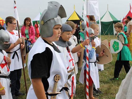 malí rytíři s dřevěnými zbraněmi